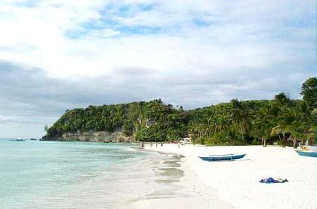 الجزيرة على الساحل الغربي ويتميز برماله البيضاء الصافية التي يقوم