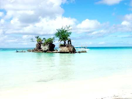 في المحيط الهادي. يبلغ طول الجزيرة 7 (كم) ، فيما