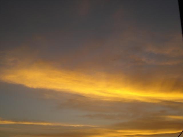 اعجبني كثير كانت السماء غائمه والشمس تطلع فحبيت تشوفون المنظر