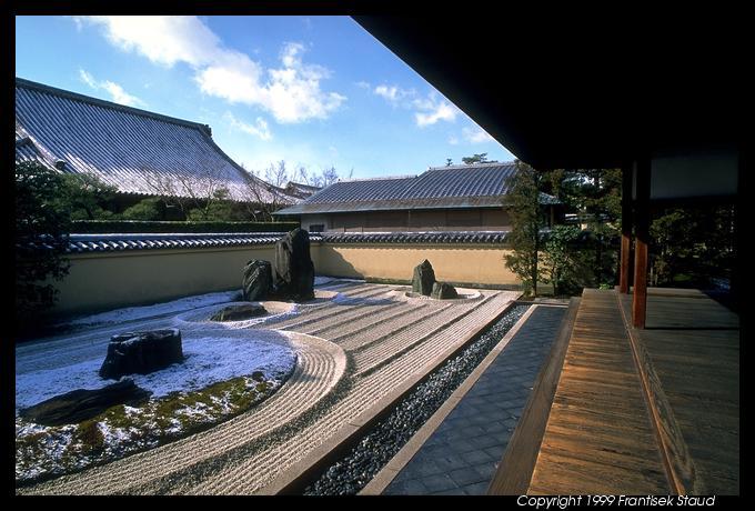 المزهر في اليابانحديقة رائعة فوق السطوح في اليابانبالصور مطعم الشجرة