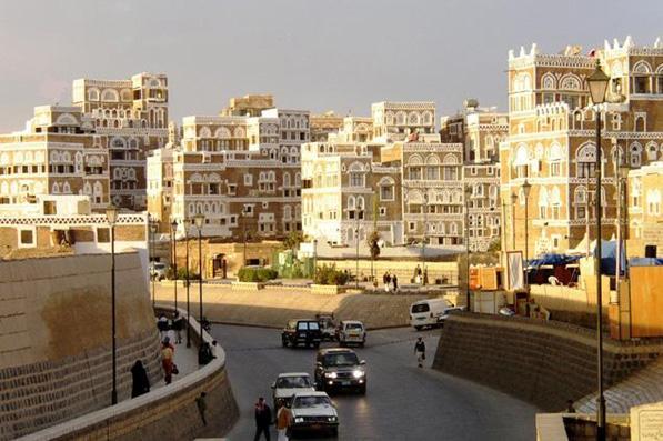 الحجر هو قصر كبير فوق صخره مدينة المكلا حضرموت طريق