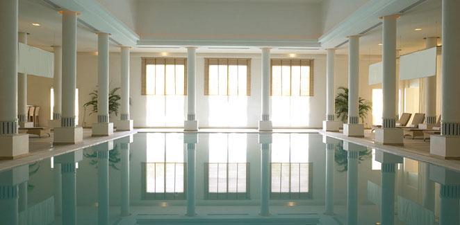 الجناح الملكي -- غرفة المعيشة وسعره 14950 ريال في الليلة