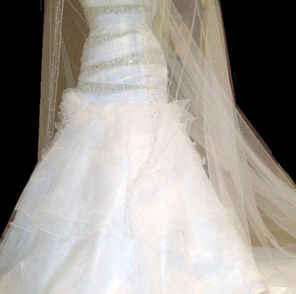 عندي فستان زفاف للبيع الي حابه تشوفه وتستفسر عنه تراسلني