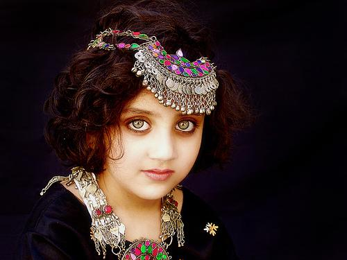 ثيرون واحدة من أجمل نجمات العالم بشعرها الأشقر وعينيها الواسعتين،