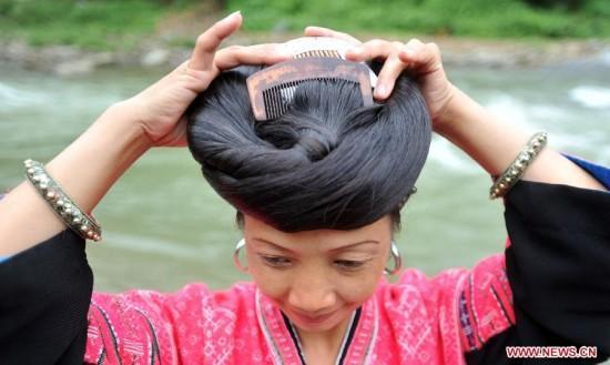 """لنساء قبيلة """"ياو Yao"""" العرقية في قرية هيوانجلو Huangluo بالصين،"""