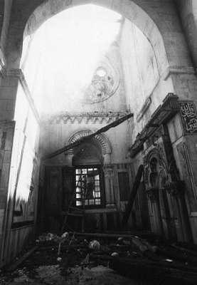 المبارك وجدرانه ومنبر صلاح الدين الايوبي.. ذلك المنبر التاريخي الذي