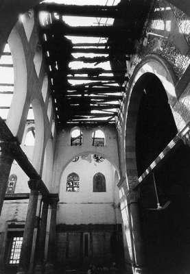 أجزاء من القبة الداخلية المزخرفة والمحراب والجدران الجنوبية وتحطم 48