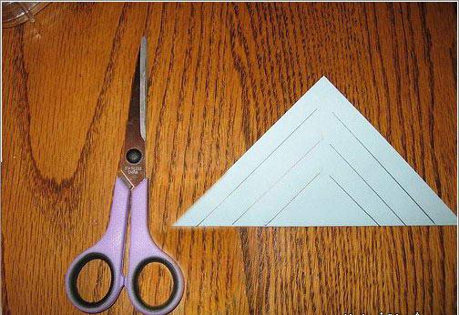 الاولى : : قم بثني الورقه على شكل مثلث ثم