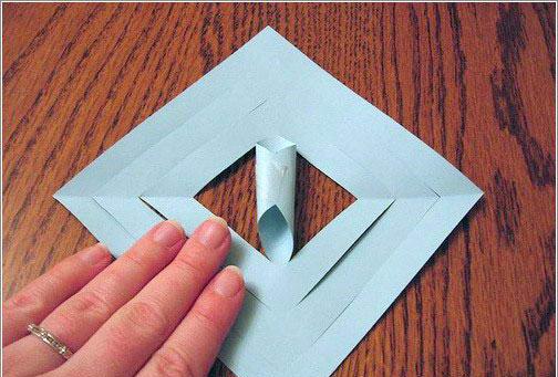 : : بأستخدام الشريط الاصق قم بإلصاق أطراف الورق المتقابلة
