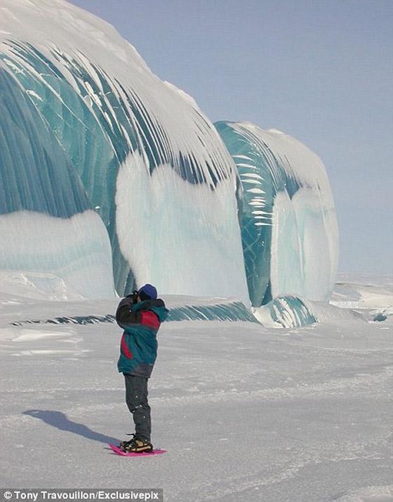 صور ظاهرة طبيعية غريبة، وهي جليد أزرق يشبه موجة تسونامي